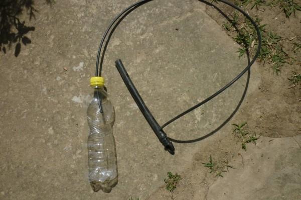 Irrigazione con bottiglie di plastica -Un buco nel tappo per collegare il tubo dell'irrigazione
