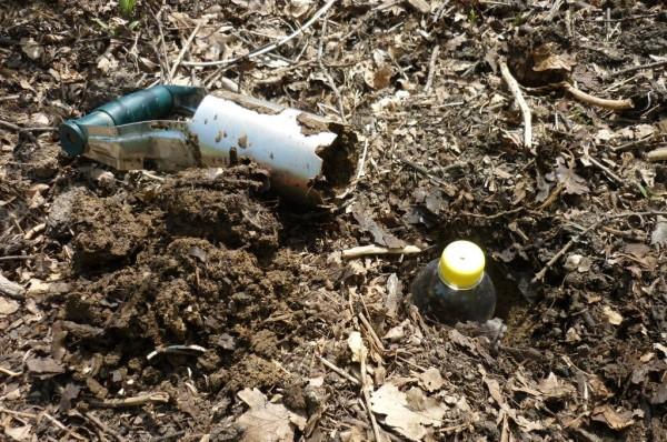 La bottiglia d'irrigazione nella terra