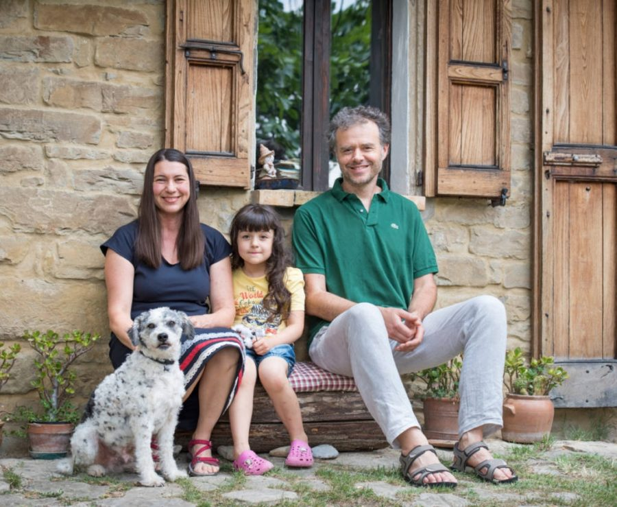 Tatiana, Joséphine, Marc e il cane Brando di fronte alla Fossa