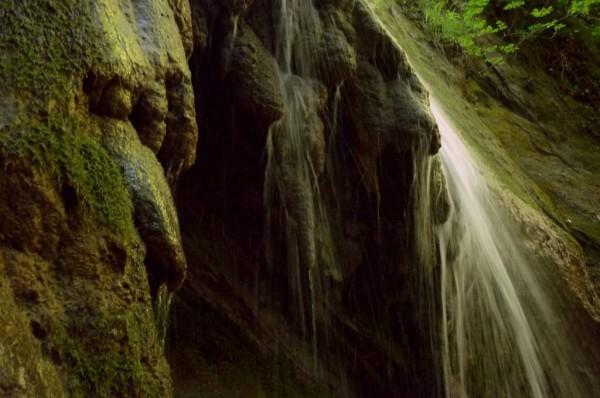 Formazioni di calcare sulla cascata del Riolco