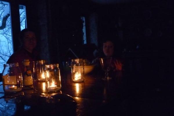 Bloccati nella neve senza luce, telefono e internet ma con candele